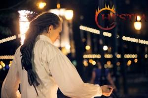 Hestia tűzzsonglőr népi öltözetben